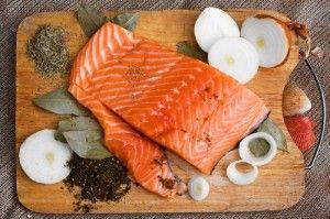 Червона риба при годуванні груддю